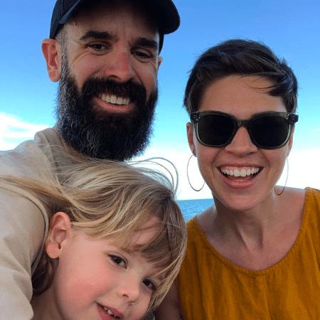 Kyl Myers, o marido Brent e a criança sem gênero Zoomer - Reprodução/Instagram