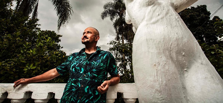 O ator Leo Moreira e sua solidão voluntária, no Rancho da Vitória, no extremo sul de São Paulo - Fernando Moraes/UOL