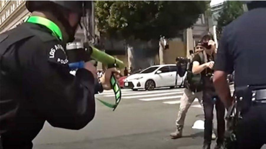 Jovem diz que fazia manifestação pacífica e obedecia as ordens dos policiais - Reprodução/Youtube