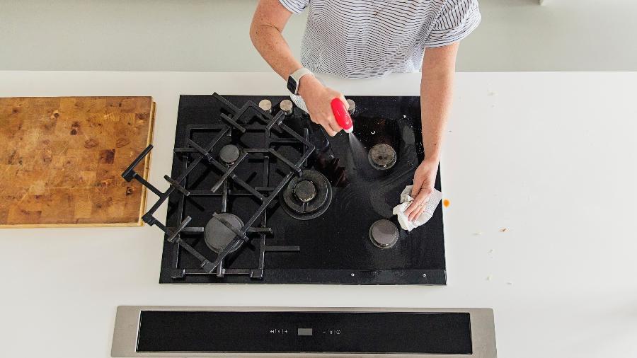 Limpar a cozinha é tarefa essencial para eliminar bactérias e evitar problemas de saúde - Getty Images