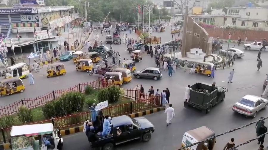 Imagem de arquivo de militantes do Talibã em Jalalabad; a cidade foi cenário no fim de semana de vários ataques reivindicados pelo braço local do Estado Islâmico - Social media website via Reuters