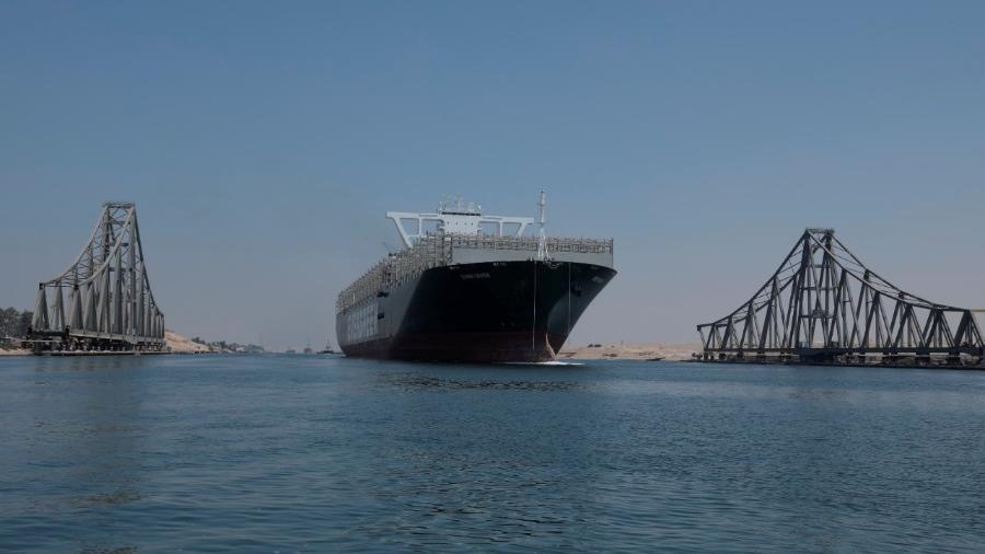 Em sua 22ª passagem pelo Canal de Suez, o navio Ever Given foi acompanhado por dois rebocadores - Suez Canal Authority/ REUTERS
