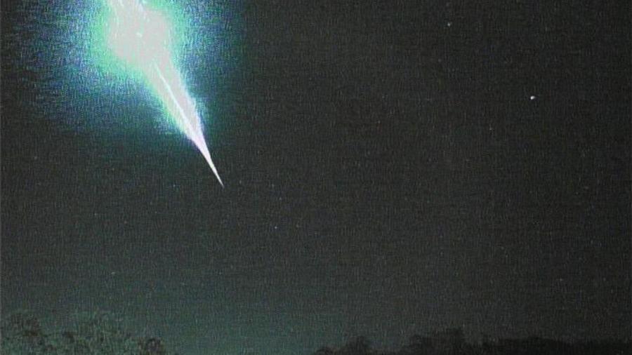 """Imagem do Observatório Espacial Heller & Jung mostra momento em que um meteoro """"fireball"""" explode sobre Caxias do Sul, na Serra Gaúcha - Reprodução/Facebook/Observatório Espacial Heller & Jung"""