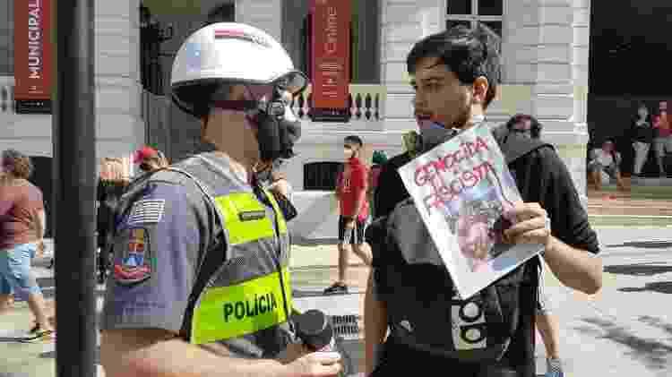 PM faz revista pessoal no Vale do Anhangabaú, em São Paulo. Policial apreendeu spray de um manifestante alegando ser um produto inflamável - José Dacau/UOL - José Dacau/UOL