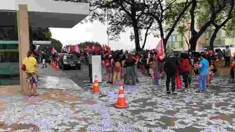 Manifestantes protestam contra Paulo Guedes em frente ao Ministério da Economia - Lucas Valença/UOL - Lucas Valença/UOL