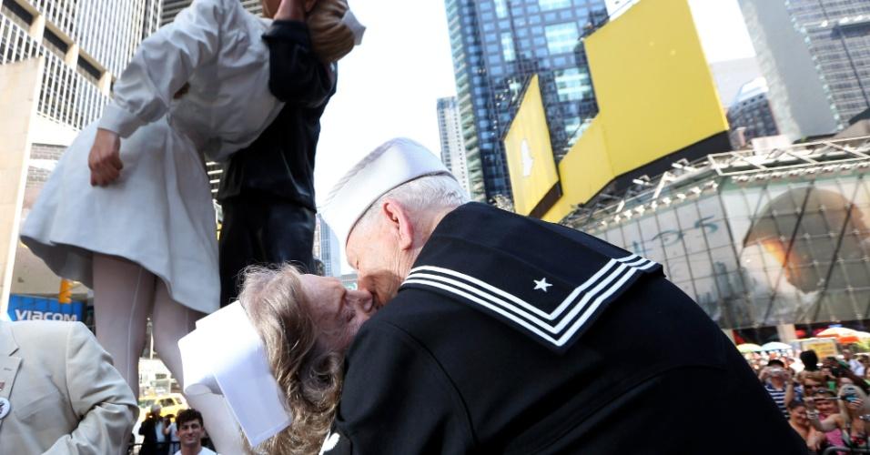 14.ago.2015 - Ray e Ellie Williams, ambos da Marinha dos EUA e veteranos da Segunda Guerra Mundial, lideram um beijaço para celebrar os 70 anos da icônica fotografia feita por Alfred Eisenstaedt na Times Square, em Nova York, no dia em que a grande guerra teve seu fim