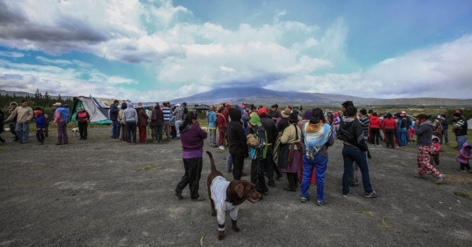 15.ago.2015 - Moradores evacuam o povoado de Santa Rita, na província de Cotopaxi, no Equador, após autoridades declararem estado de alerta amarelo em Quito, capital do país, por conta de atividades do grande vulcão Cotopaxi. Nas primeiras horas de sexta-feira (14), houve duas pequenas explosões e chuva de cinzas na região sul da cidade