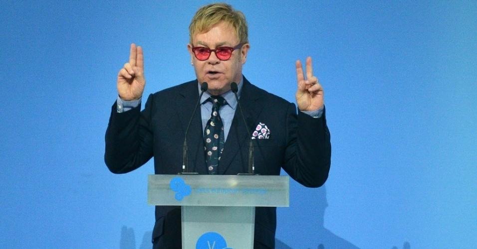 12.set.2015 - Cantor inglês Elton John faz discurso sobre tolerância e igualdade de direitos durante a 12ª edição do fórum Estratégia Europeia. em Kiev, na Ucrânia, neste sábado (12)