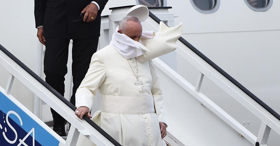 19.set.2015 - O vento derrubou o solidéu do papa Francisco no momento que ele desembarcava em Havana, Cuba, onde iniciou a décida viagem do seu pontificado. O sumo pontífice permanecerá no país até terça-feira (22), quando embarca para os Estados Unidos