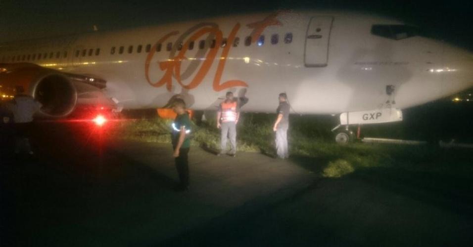 25.set.2015 - Avião derrapa na pista e aeroporto de Santos Dumont, no Rio, é fechado