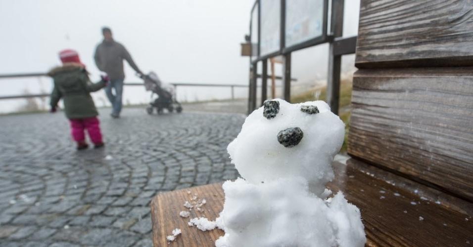 14.out.2015 - Visitantes montam um pequeno boneco de neve na montanha de Grosser Arber, no sul da Alemanha