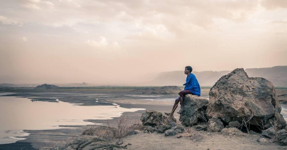 12.jan.2016 - Este foi o guia da expedição do fotógrafo romeno Vlad Cioplea na Tanzânia. Ele se chama Deo e faz parte da tribo masai. Na imagem, ele é fotografado às margens do lago Natron, na Tanzânia, perto da fronteira com o Quênia. A imagem faz parte do ensaio feito em outubro de 2015 durante expedição à Tanzânia. O fotógrafo de 30 anos passou 20 dias no país e registrou o cotidiano de três tribos locais: masai, bushman e tatoga