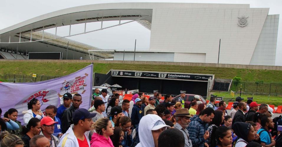 19.jan.2016 - Com Arena Corinthians ao fundo, manifestantes do MTST (Movimento dos Trabalhadores Sem Teto) fecharam parte da avenida Radial Leste, na zona leste de São Paulo. Ato é contra o aumento da tarifa do transporte público