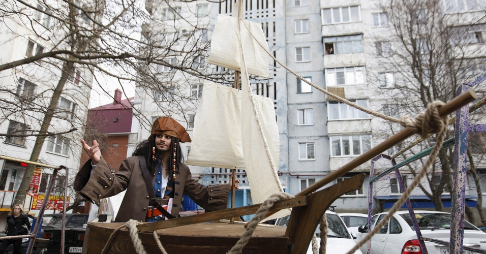 5.fev.2016 - German Yesakov, 25, se fantasiou de Jack Sparrow - personagem da franquia cinematográfica Piratas do Caribe -, mas não foi para participar de um bloco de Carnaval. O cinegrafista russo passou pelas ruas da cidade de Stavropol, na Rússia, dentro de um barco à vela, colocado no alto de uma camionete, que foi equipada com uma escada Magirus, para participar do próprio casamento. O traje surpreendeu a noiva Anastasiya, 18