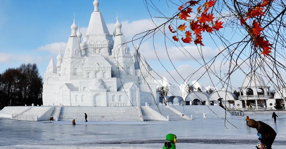 14.fev.2016 - A mais alta escultura de neve do mundo, que fica em Harbin, capital da província de Heilongjiang, nordeste da China, encurtou cinco metros devido ao aumento da temperatura na região. O castelo de neve tem 51 metros de altura