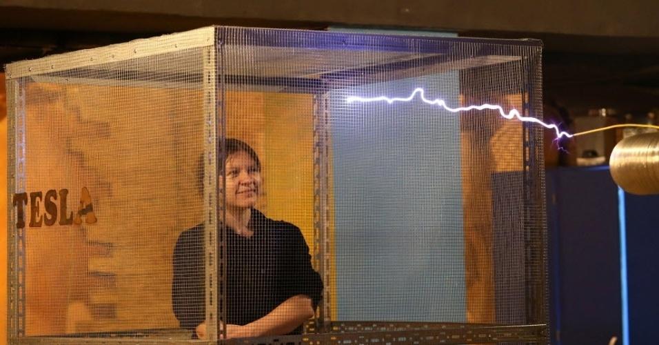15.fev.2016 - A engenhoca utilizada para produzir faíscas no museu de Minsk, em Belarus, foi inventada por Nikola Tesla por volta de 1890. Quem visita o museu pode ficar em jaula para sentir a sensação de ser bombardeado pelo raio