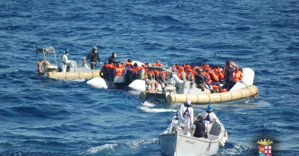 """16.mar.2016 - Imagem divulgada pela Marinha italiana mostra refugiados resgatados na costa da Sicília. Mais de 800 pessoas foram resgatadas pelos marinheiros durante a operação """"Mare Sicuro"""""""