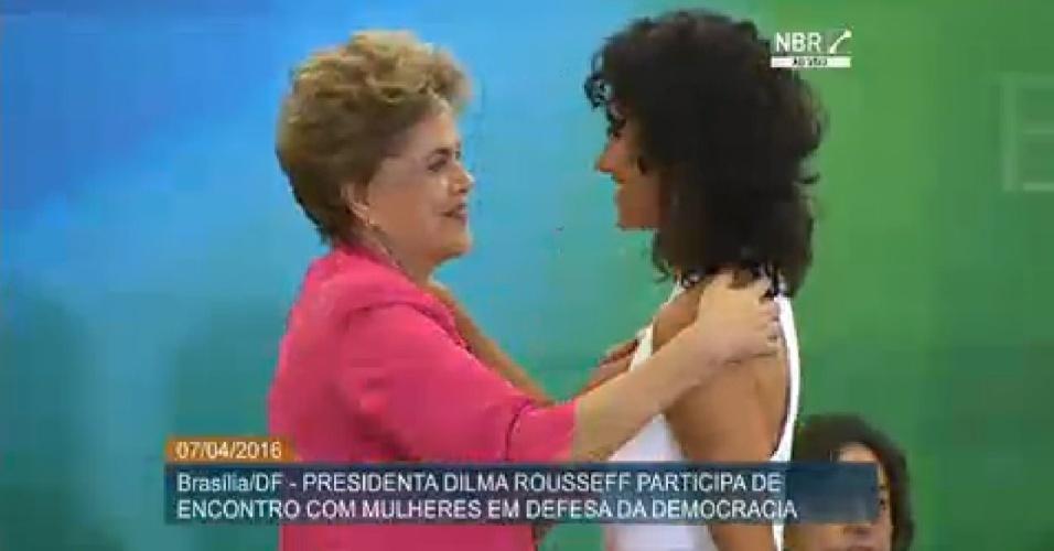 7.abr.2016 - Presidente Dilma Rousseff participa de encontro com mulheres em defesa da democracia em Brasília (DF)