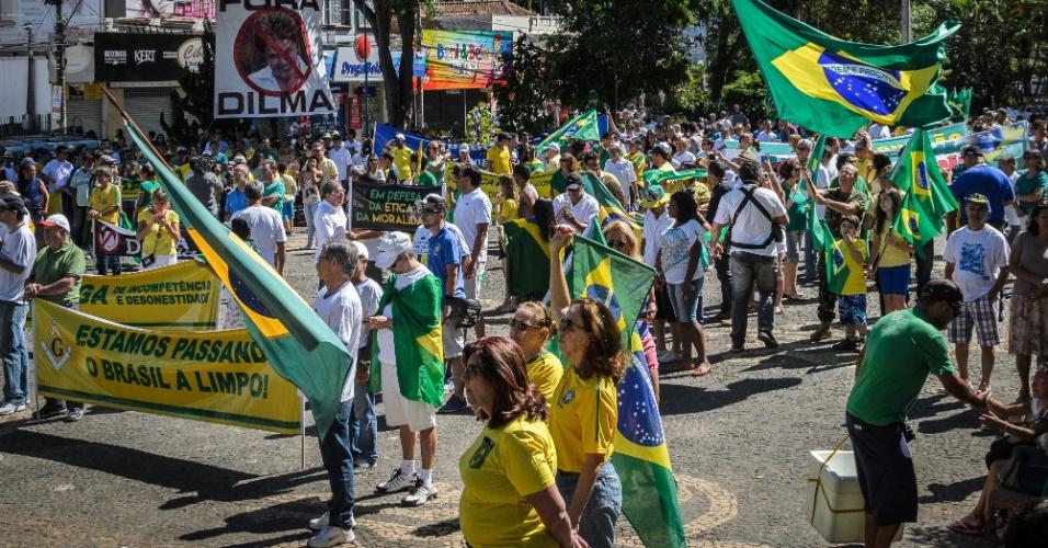 17.abr.2016 - Manifestantes protestam a favor do impeachment no centro de Franca, interior de São Paulo. Um telão foi montado para acompanhamento da votação do impeachment feita pelos deputados