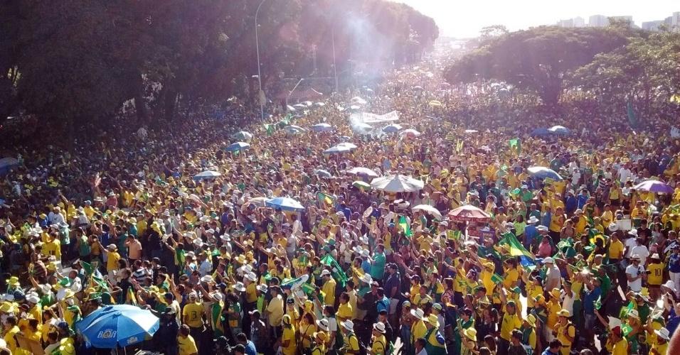 17.abr.2016 - Segundo a PM do Distrito Federal, 25 mil manifestantes estão na Praça dos Três Poderes em Brasília. Desses, 18 mil fazem parte do grupo favorável ao impeachment da presidente Dilma Rousseff