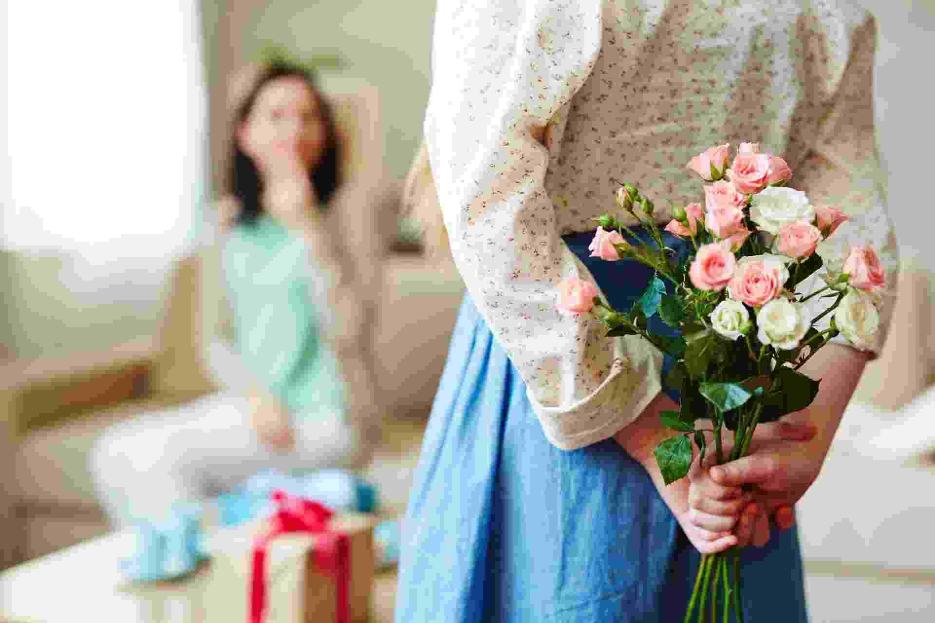 Dia das mães, presente, buquê de flores, mãe, família, filhos - iStock/shironosov
