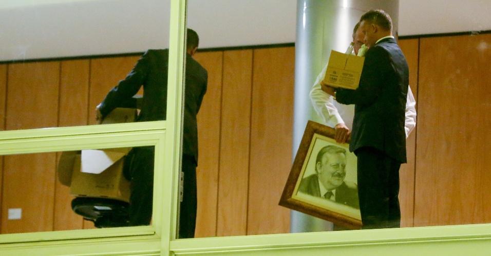 11.mai.2016 - Assessores guardam pertences em caixas e levam uma foto do ministro Ricardo Berzoini, da Secretaria de Governo, do Palácio do Planalto