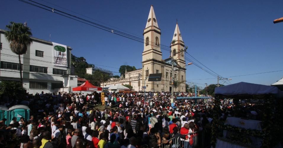 26.mai.2016 - Multidão dirige-se a igreja para acompanhar a missa de Corpus Christi, em São Gonçalo (RJ), nesta quinta-feira (26)