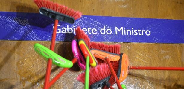 """Em protesto, servidores """"limpam"""" Ministério da Transparência"""