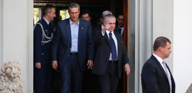 O presidente interino, Michel Temer, deixa reunião com líderes da base aliada na Câmara ao lado do anfitrião e líder do PSD, deputado Rogério Rosso (DF)