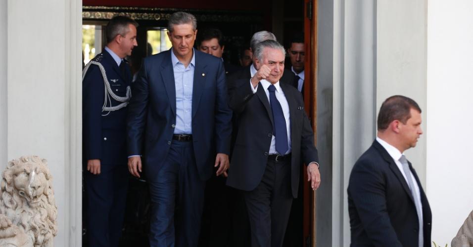 31.mai.2016 - O presidente interino, Michel Temer (PMDB), deixa reunião com líderes da base aliada na Câmara ao lado do anfitrião e líder do PSD, deputado Rogério Rosso (PSD-DF)