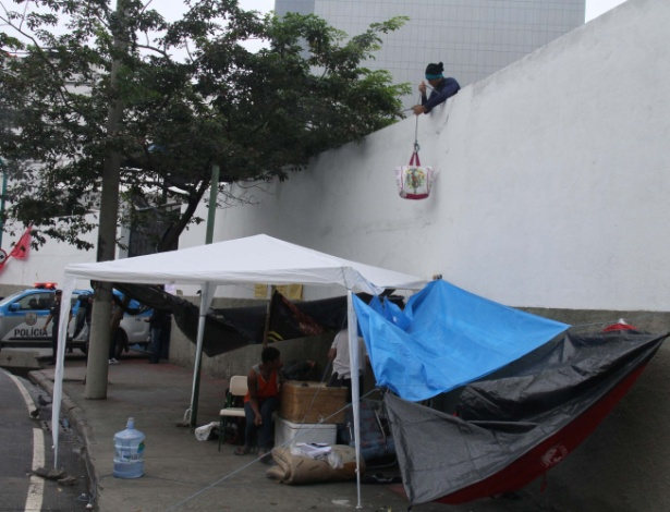 """Estudantes usam cordas para passar """"quentinhas"""" na ocupação da Secretaria de Estado de Educação (Seeduc), no Rio"""