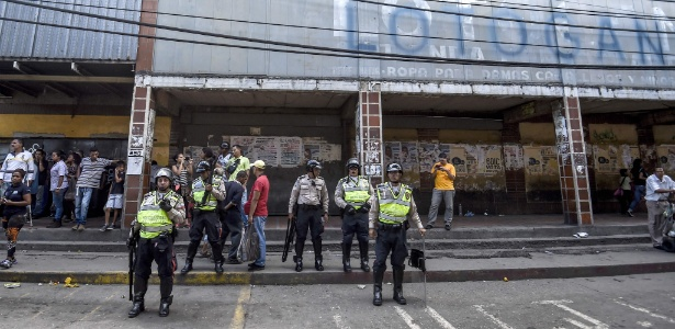 Polícia de choque é empregada na favela de Petare, em Caracas, depois que moradores atacaram caminhões de comida e saquearam o comércio local