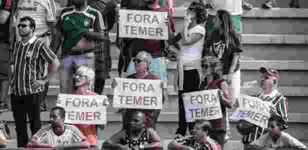 31.jul.2016 - Torcida faz protesto contra o presidente interino, Michel Temer, durante partida entre Fluminense e Ponte Preta, pelo Campeonato Brasileiro, realizada no estádio Giulite Coutinho, em Mesquita (RJ)  - Jorge Rodrigues/ Eleven/ Estadão Conteúdo - Jorge Rodrigues/ Eleven/ Estadão Conteúdo