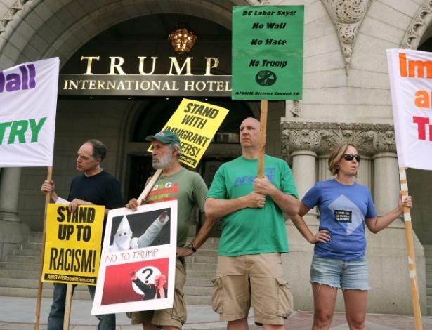 Manifestantes protestam diante do Trump International Hotel, em Washington DC