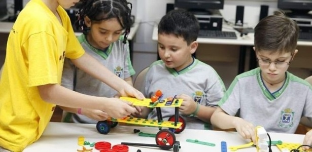 Aulas de robótica permitem a crianças da rede municipal de Cascavel aprender como funcionam postes e carros