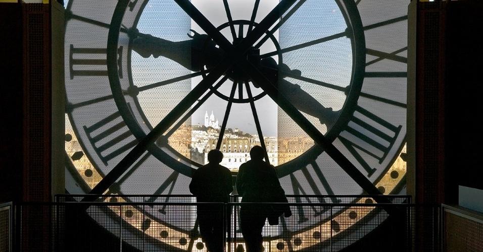 Turistas no Museu de Orsay, em Paris. Uma antiga estação de trem, o museu abriga uma grande coleção de pinturas do Impressionismo, fotografias em branco e preto, esculturas e arte decorativa