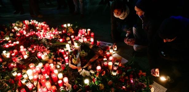Pessoas acendem velas em um memorial improvisado em frente à igreja Memorial do Imperador Guilherme em Berlim, onde um caminhão invadiu um mercado natalino e matou ao menos 12 pessoas