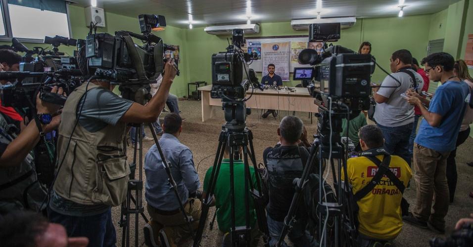 3.jan.2017 - Jeferson Mendes, do IML (Instituto Médico Legal) de Manaus, concede entrevista coletiva para falar da situação dos corpos dos 56 mortos na rebelião do presídio Anísio Jobim