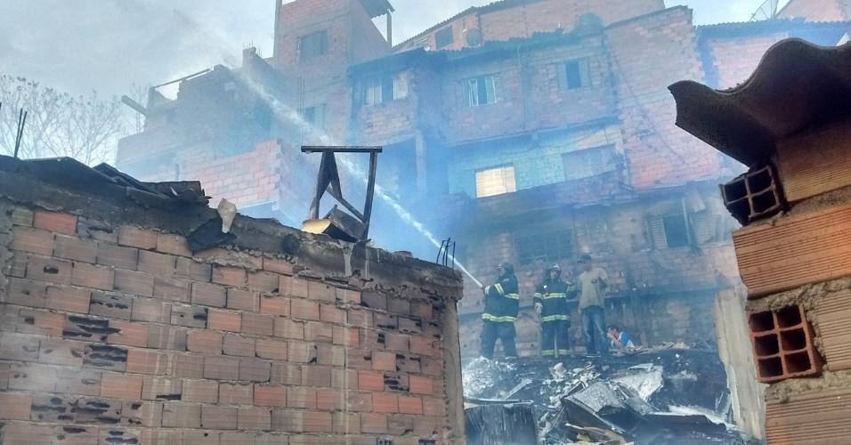 1.mar.2017 - Segundo a Defesa Civil, cerca de 400 barracos foram atingidos pelo incêndio na tarde desta quarta-feira (1º)