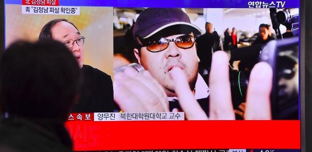 Homem vê noticiário na televisão sul-coreana sobre a morte de Kim Jong-nam