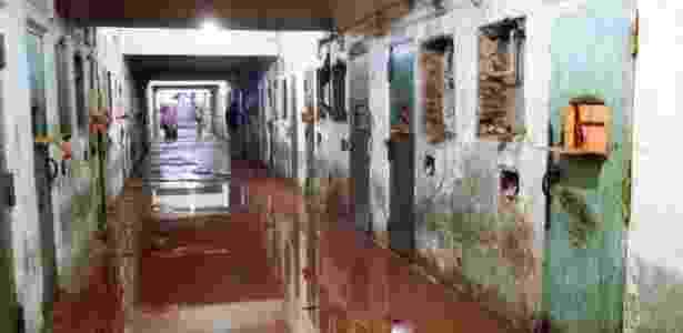 2.out.1992 - Corredor alagado de sangue no Pavilhão 9 do Carandiru, após ação da PM - 2.out.1992 - Niels Andreas/Folhapress