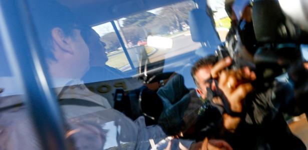 07.jun.2017 - Com o rosto virado, o ex-deputado e ex-assessor do presidente Michel Temer Rodrigo Rocha Loures (PMDB-PR) deixa a superintendência da PF, em Brasília, rumo ao presídio da Papuda
