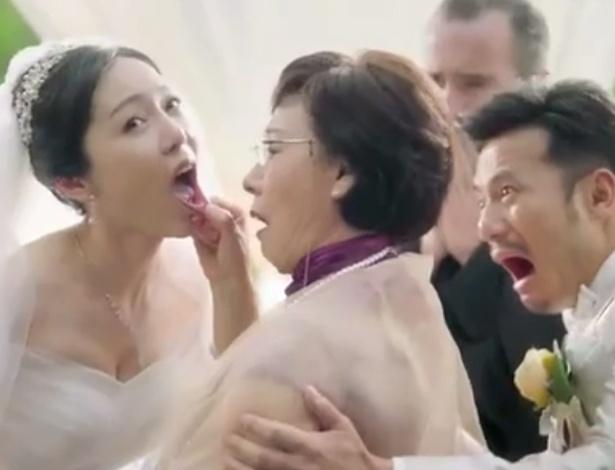 Na peça, 'sogra' analisa dentes da futura nora no altar, diante do noivo e do padre