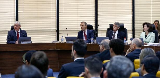 25.jul.2017 - Atual procurador-geral da República, Rodrigo Janot (e), e sua sucessora, Raquel Dodge (d), participam de reunião do Conselho Superior do Ministério Público em Brasília