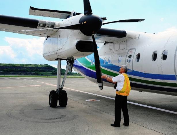 Shigekazu Miyazaki inspeciona hélice de avião no aeroporto de Nagasaki, Japão