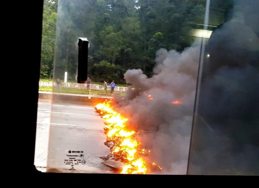 2.ago.2017 - Protestos contrários ao presidente da República, Michel Temer, bloqueiam, nesta quarta-feira (2), as rodovias Régis Bittencourt, Anchieta e Presidente Dutra, em São Paulo. Os manifestantes utilizaram barricadas de fogo para impedir a movimentação de veículos