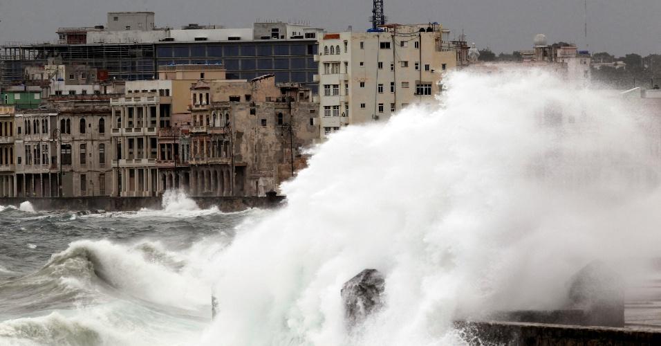 9.set.2017 - Ondas gigantes no Malecón, durante a passagem do furacão Irma por Havana, em Cuba