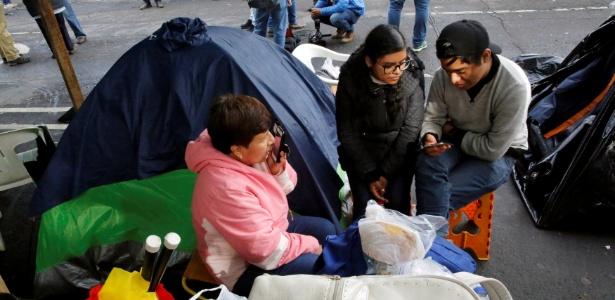 22.set.2017 - Pessoas aguardam notícias sobre parentes após terremoto na Cidade do México - Henry Romero/Reuters