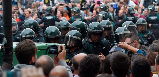 Polícia da Catalunha age em frente de colégio eleitoral na cidade de Sarria de Ter para proibir votação em referendo