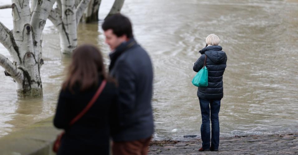 28.jan.2018 - Depois de um mês de chuvas intensas, o nível do rio Sena subiu e colocou Paris em alerta para o risco de inundações. Algumas linhas de ônibus foram afetadas